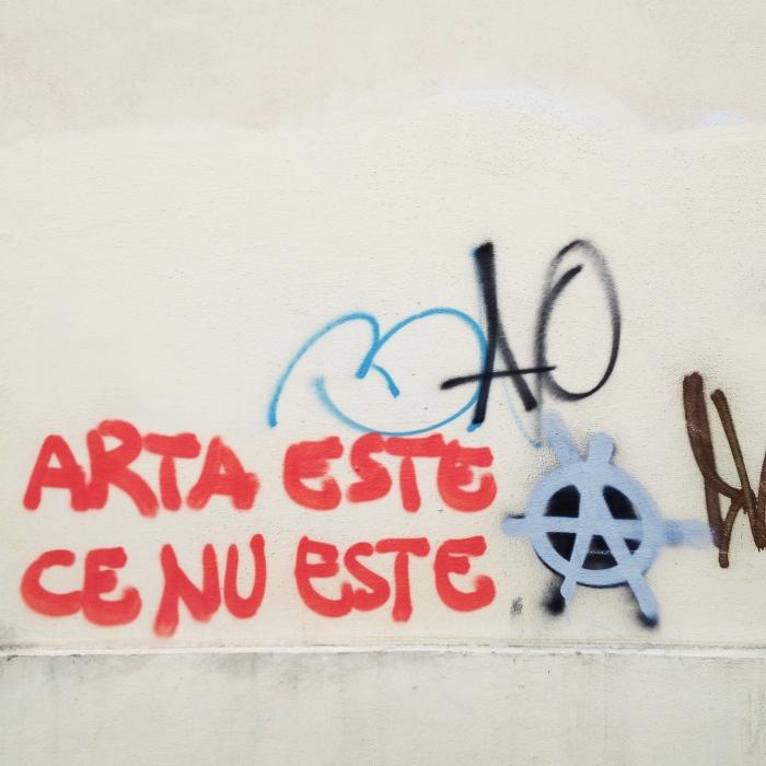 Avocatura Altfel este un graffiti pe peretele unei săli de judecată, scris de oricare dintrenoi